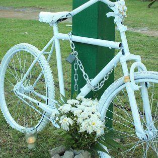 colgaran una bicicleta blanca en recuerdo de un ciclista fallecido en un siniestro vial
