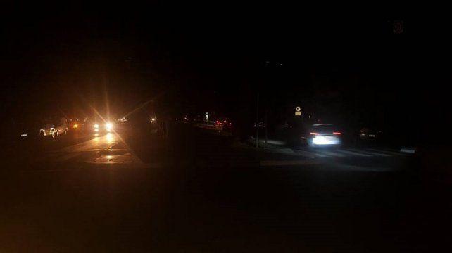 Sin luz. Así estaba a medianoche la esquina de Bulevar Galvez y Belgrano