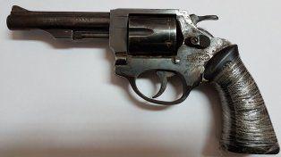 Eludió un control policial, lo siguieron y le encontraron un revólver cargado