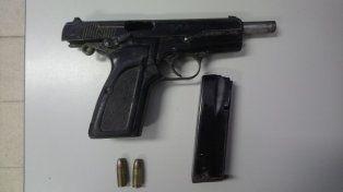 Apuntó con un arma de guerra cargada a dos policías y terminó preso