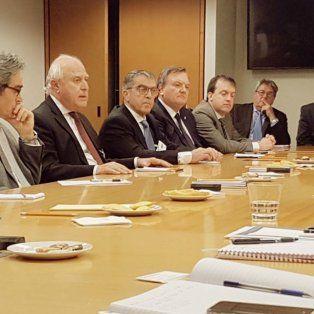 Mesa de negociación. El gobernador, con legisladores provincial y funcionarios, en la reunión del viernes.