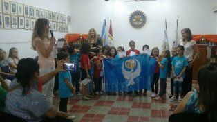 El coro infantil Jilgueritos recibió la Bandera Universal de la Paz