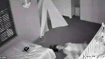 Horror por madre poseída debajo de la cuna de su bebé