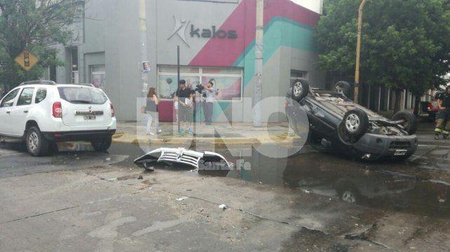 Choque de dos camionetas con vuelco y un policía herido