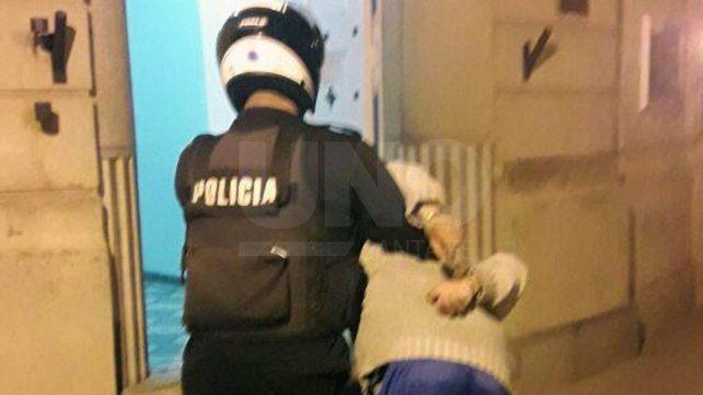 Detuvieron a un delincuente en el patio de una casa de barrio San Lorenzo