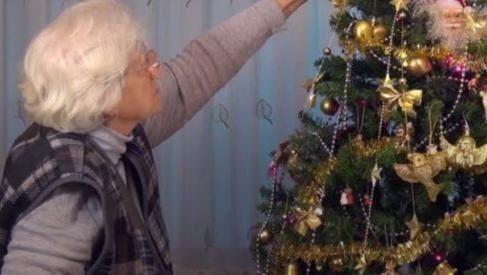 Abuela colgó tanga en el arbolito pensando que era un adorno