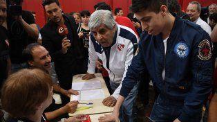 Moyano arrasó en las urnas y seguirá como presidente de Independiente