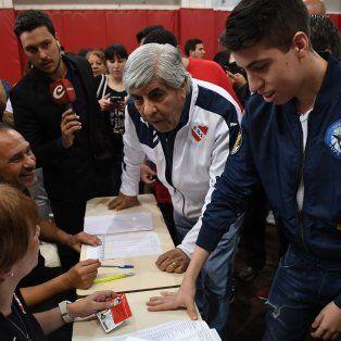moyano arraso en las urnas y seguira como presidente de independiente