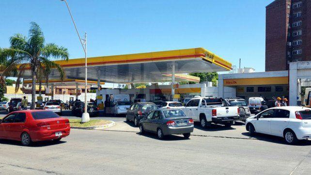 Colas. Ante la inminencia del paro los automovilistas están a la espera de conseguir combustibles