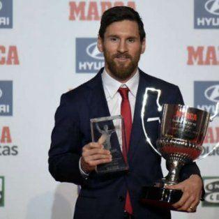 messi recibio el premio al mejor jugador de la liga espanola