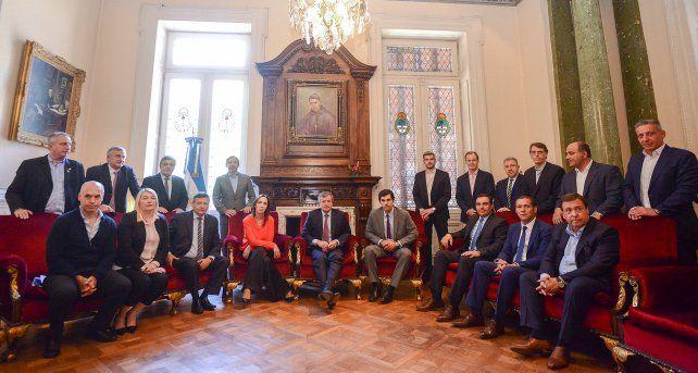 Trece gobernadores siguen reunidos con Marcos Peña y Rogelio Frigerio en Diputados