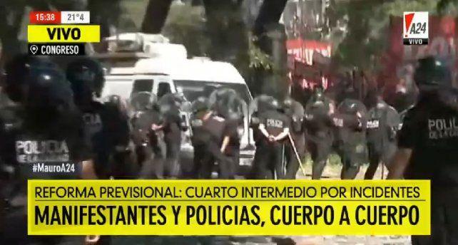 Más de seis horas de refriegas, con heridos y detenidos, en la Plaza del Congreso