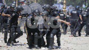 Policía herido. Colegas trasladan a un efectivo agredido por los manifestantes fuera del Congreso.