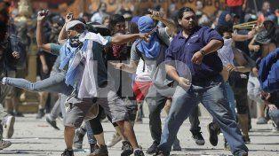 Piedrazos. Manifestantes de izquierda lanzando piedras a los policías.