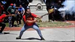El manifestante que atacó con un arma casera fue precandidato a diputado