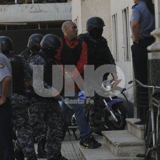 El miércoles. El reo que cumple condena en la cárcel de Coronda fue llevado a tribunales en medio de un fuerte operativo de custodia que implicó el corte de calle 3 de Febrero.