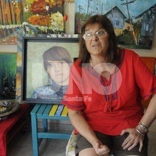 Está presente. La mamá de Marienela en un cuarto donde pasa sus días pintando.