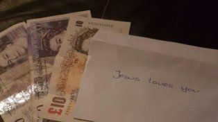 Un misterioso Papá Noel repartió sobres con dinero a decenas de vecinos en Navidad