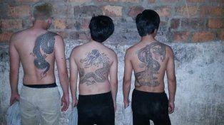 Detuvieron a tres chinos con un arma de guerra cargada, pasamontañas y precintos plásticos