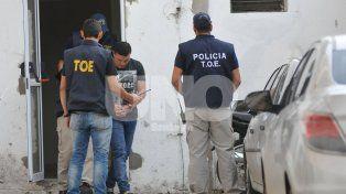 Esposado. El día en que Baldomir fue trasladado desde Junín a Santa Fe por agentes de la Tropa de Operaciones Especiales.