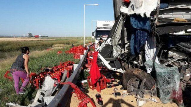 Aprovecharon un choque fatal entre dos camiones para robarse las gaseosas