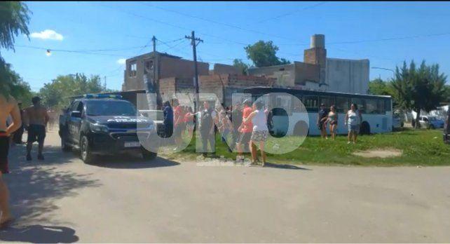 El asesino fue trasladado en un vehículo policial frente a los reclamos de los vecinos