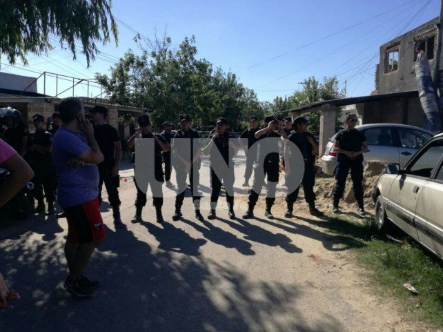 Un cordón policial a metros de la zona donde Solis desató su furia machista contra Mariela y sus familiares.