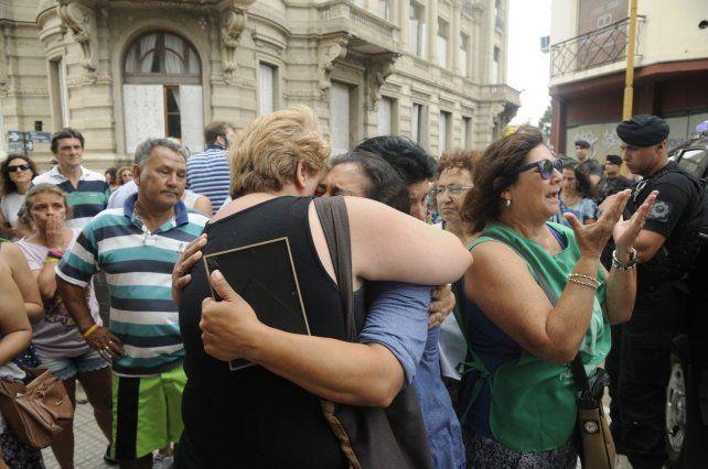 Dolor. Familiares se abrazan frente a Tribunales entre manifestantes cuando se realiza la audiencia imputativa del femicida Solís.