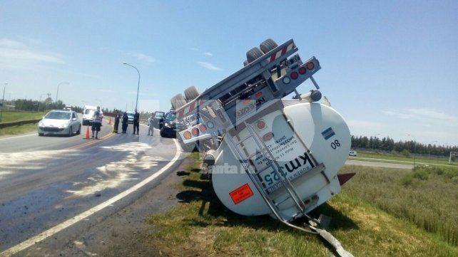Perdió el control del camión y volcó: no hubo heridos de milagro