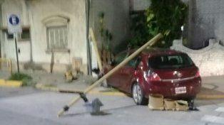 Chocó contra otro auto y arrancó de cuajo el semáforo de Suipacha y Urquiza