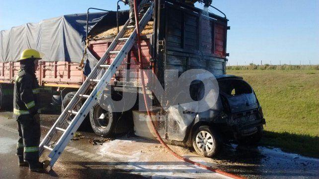 Murió el conductor de un auto que chocó de atrás a un camión y se prendió fuego