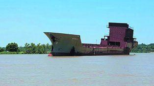 La increíble historia del barco fantasma que está a la deriva por el río Paraná