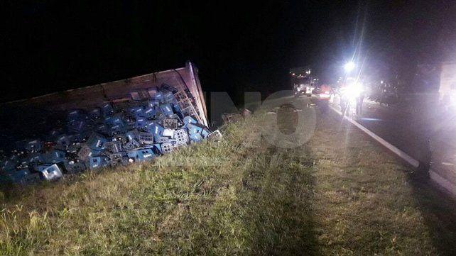 Murió una mujer en un choque frontal entre un camión y una camioneta