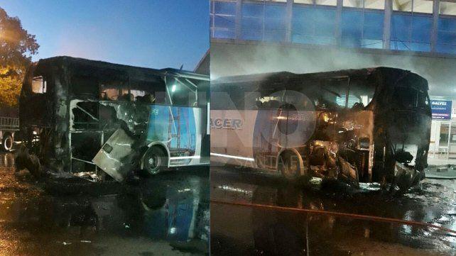 Un desperfecto eléctrico ocasionó el incendio de un colectivo en la Terminal