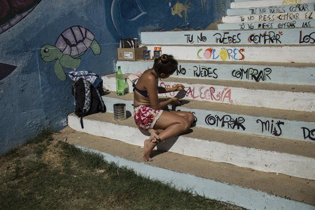 Pintura. Las escaleras del balnerario quedaron ahora decoradas con la letra de una canción de Calle 13