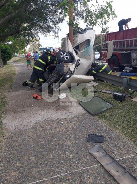 Chocó el guardrail, voló y quedó enroscado a una columna metálica