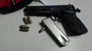 Persecución y arresto de dos delincuentes con un arma de guerra cargada y una moto robada