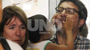 Cristina llorando y Sergio con el chiquito en brazos, que minutos después restituyó a las autoridades.