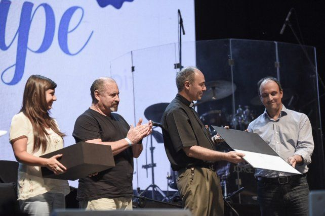 La comisión presidida por Oscar Roa y liderada por el Padre Odilio Panigo le entregó al Intendente