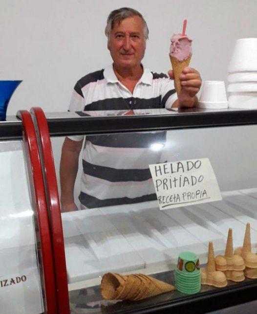 El dueño de la heladería exhibe orgulloso el nuevo sabor