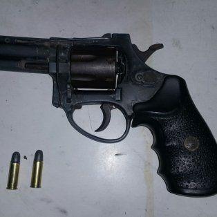 tras un tiroteo, detuvieron a un hombre con un revolver 32 cargado en villa del parque