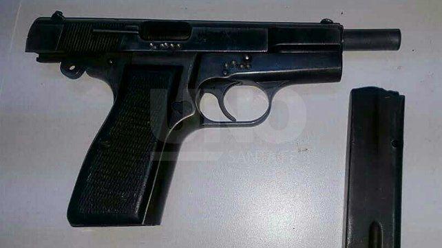Tiros, persecución y dos aprehendidos con un arma de guerra cargada de balas