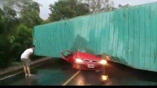 Un camión aplastó a un auto en Brasil: 3 argentinos muertos