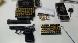 Detuvieron a una pareja con un arma de guerra y 111 balas
