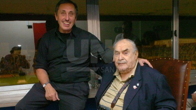 El fútbol era una de sus pasiones y todos los domingos asistía a la cancha. Aquí en el estadio 15 de abril con Ángel Malvicino.