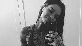 Mostró su nuevo tatuaje con un topless cuidado