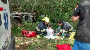 En medio del susto por un vuelco, la imagen más tierna: bomberos jugando con un niño