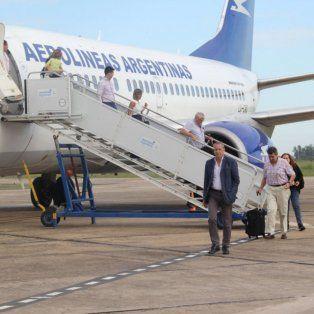 Pasajeros descendiendo del avión de Aerolíneas, en el primer viaje de Buenos Aires a Sauce Viejo luego de siete meses.