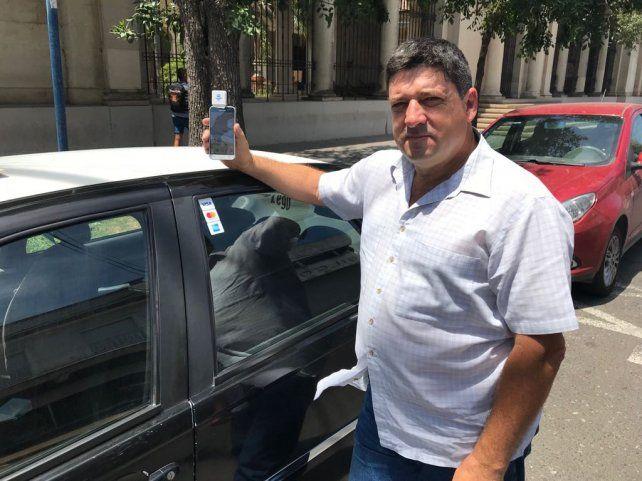 Enrique, el primer taxista de la ciudad que ofrece que le paguen con tarjeta
