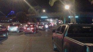 Congestionado. Largas colas sobre Bulevar para acceder al puente Oroño.